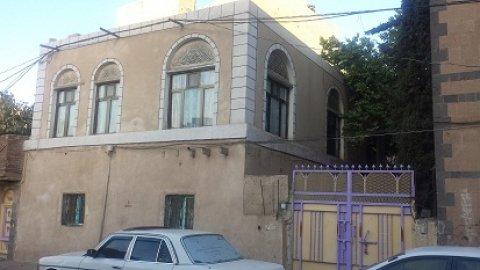 للبيع بيت شعبي مكون من دورين بمساحة 5 لبن وربع شاملة ارض المبنى